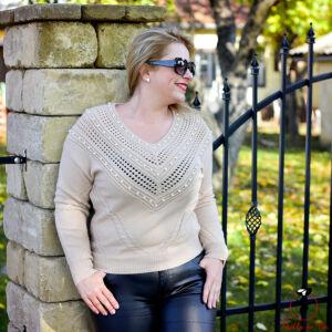 V nyakú gyöngyös elejű pulóver