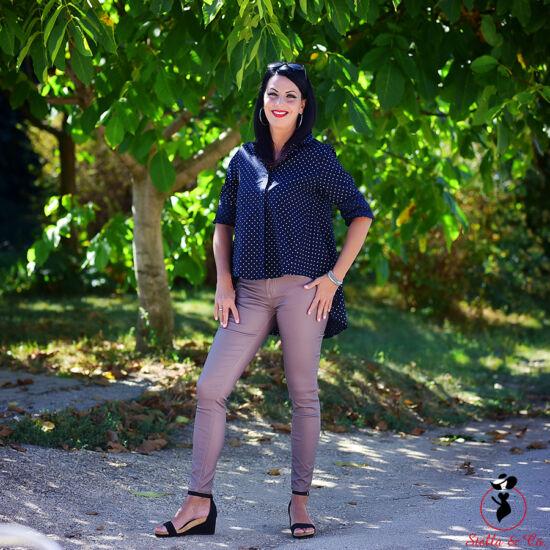 Szürkés-mályva színű bőrhatású nadrág