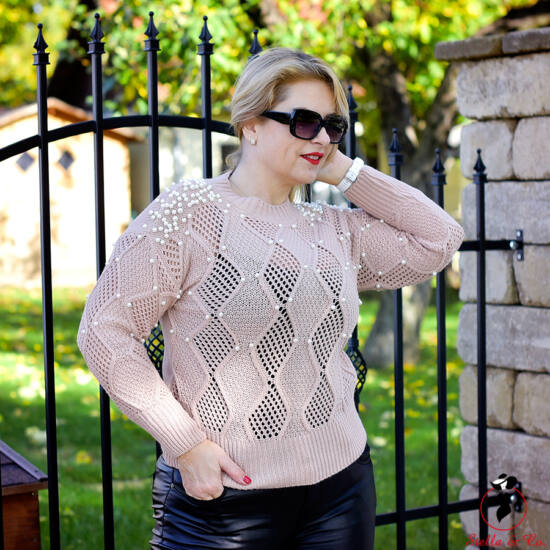 Vállán és elöl gyöngyös kötött pulóver