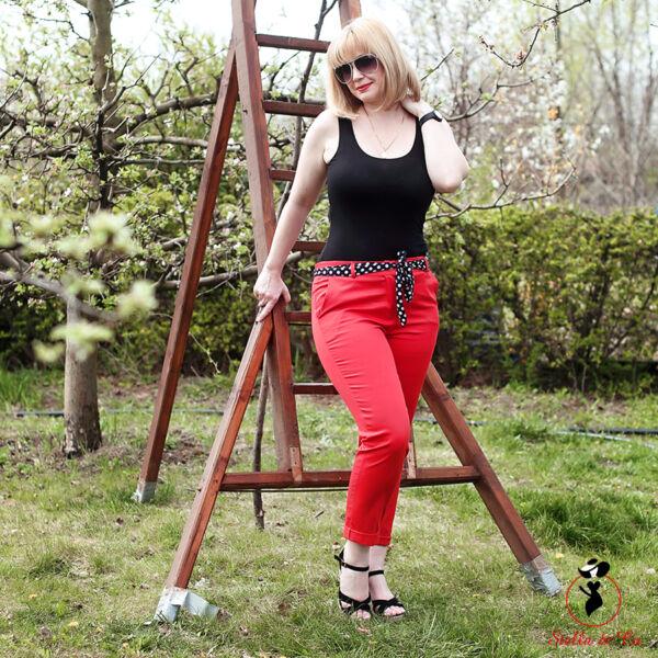 Piros vászon nadrág pöttyös övvel